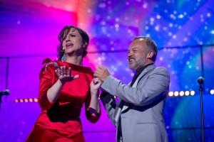 Graham Norton aide Petra Mede à remettra sa boucle d'oreille